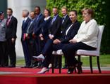 Merkel'in titremesine sandalyeli önlem