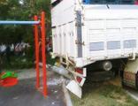 Freni boşalan kamyon çocuk parkına daldı