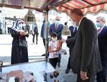 Cumhurbaşkanı Erdoğan'dan küçük çocuğa kestane ikramı