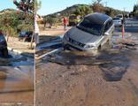 Ana su borusu patladı, cip çukura düştü