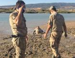 Keçisini kurtarmak isteyen kişi bataklığa saplandı