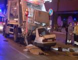 Feci kaza! Çöp kamyonuna arkadan çarptı