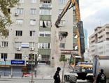 İzmir'de ağır hasarlı binalar yıkılıyor
