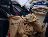 Depremzedeler için getirilen battaniyeleri sattılar