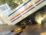 Asfalt çöktü, kamyonet içine düştü!