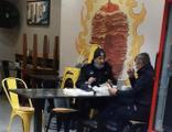 Zabıta memurları yasağa rağmen lokantada yemek yedi