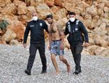 """İntihar ihbarına gelen polislere, """"Denize giriyordum"""" dedi"""
