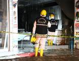 Dükkanın sahibine yanma anlarını izlettiler