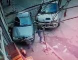Birden kaldırıma çıkan araç ile duvar arasına sıkıştı