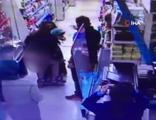 Hırsızlık yaptığından şüphelenilen kadın bir anda soyundu