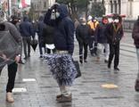 Şiddetli rüzgar sağlam şemsiye bırakmadı