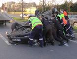 Otomobilin çarptığı park halindeki araç takla attı!
