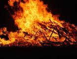 Babasının yakıldığı ateşe atladı