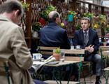 Yasak kalktı, Macron kendini kafeye attı