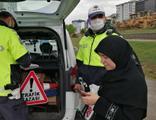 Maske cezası yiyen kadın polisin önünden makbuzu alıp yırttı