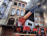 Beyoğlu'nda feci yangın: Yan binaya sıçradı!