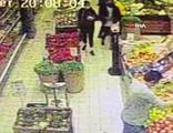 Genç kızın cep telefonunu sırt çantasından böyle çaldı