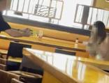 Çıplak bir kadın bar bastı!