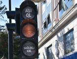"""Aşı farkındalığı için trafik ışıklarına """"Aşı Ol"""" etiketi"""