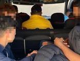Polisin durdurduğu araçtan 8 kaçak göçmen çıktı