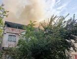 Eyüpsultan'da 2 katlı binanın çatısında yangın!