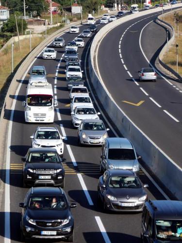 15 kilometrelik araç kuyruğu... Ankara yönü dolu, İstanbul yönü boş!
