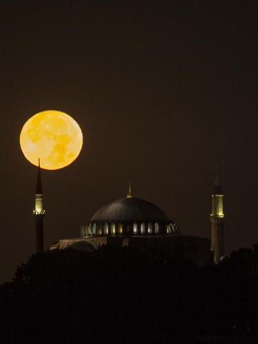 İstanbul'da göz kamaştıran dolunay