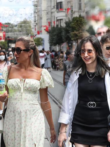 Taksim'de koronavirüs bitmiş, haberimiz yok!
