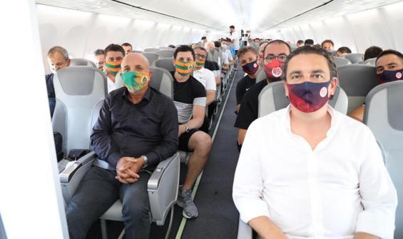 İki takım aynı uçakla İstanbul'a gitti