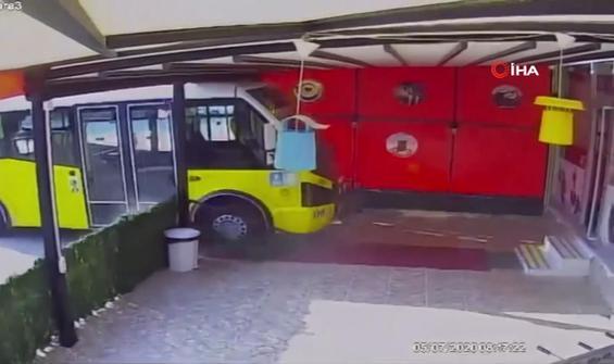 El freni çekilmeyen minibüs dükkana böyle girdi