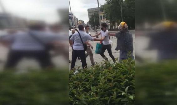 Kadına laf atan kişiyi tekme tokat dövdü