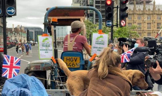 Parlamento meydanında traktörlü protesto
