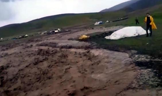 Ağrı'da dereler taştı köy ve araziler sular altında kaldı