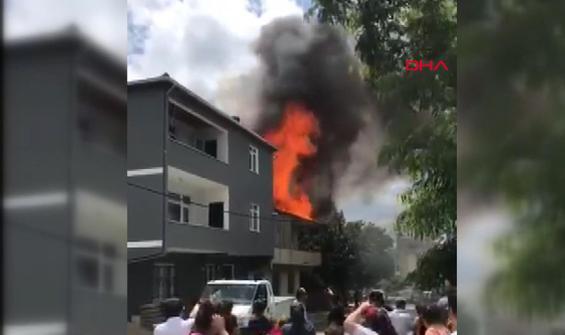 Göktürk'te binanın çatısı alev alev yandı