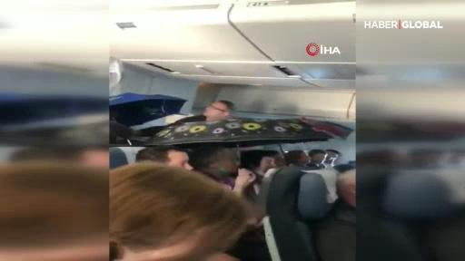 Rusya'da uçakta şemsiye ile yolculuk yaptılar