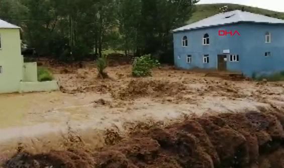 Sağanak sele dönüştü; çok sayıda evi su bastı