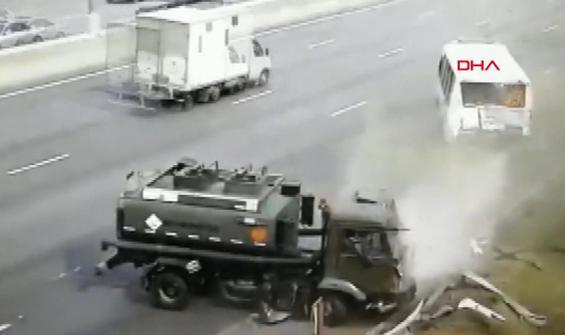 Yakıt tankerinin yolcu otobüsüne çarptığı anlar kamerada