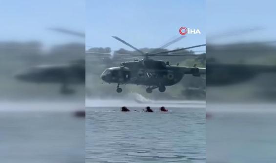 Tatilcilerin arasında askeri tatbikat
