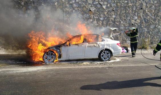 Lüks otomobil alev alev yandı
