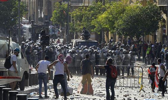 Beyrut'ta istifa haberinden sonra gösteriler başladı