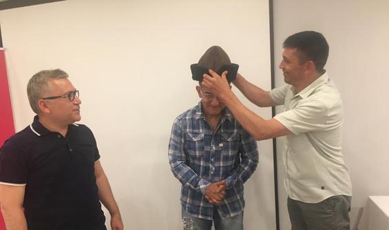 Bollywood yıldızı Aamir Khan'a, börk şapka hediyesi