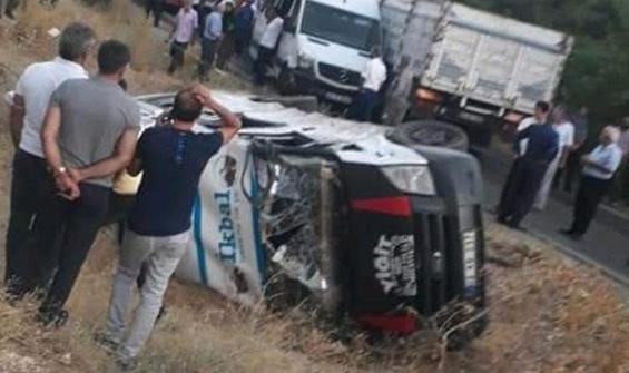 Minibüsle kamyonet çarpıştı: 12 yaralı