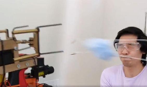 İnsanların yüzüne maske fırlatan ilginç cihaz