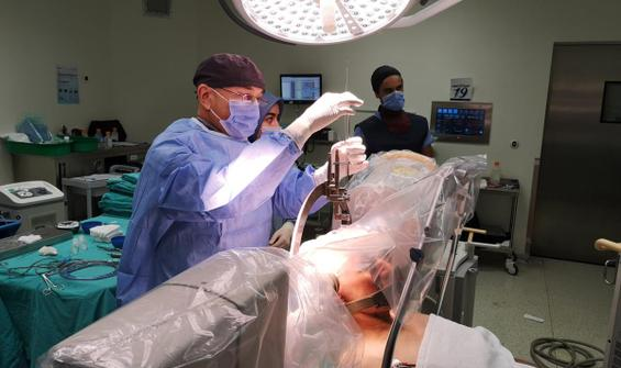 Ameliyatta hem şarkı söyledi hem de eşiyle görüntülü konuştu