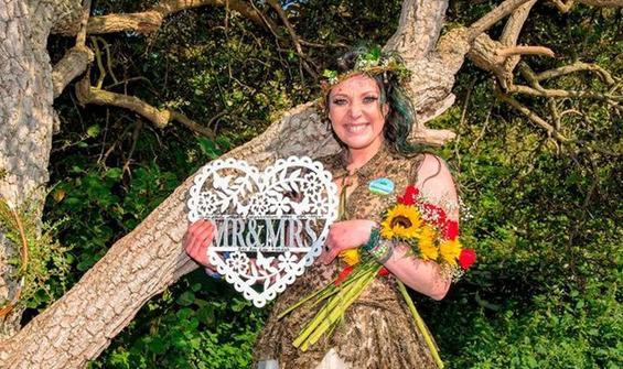 Ağaçla evlenmişti! Evlilik yıl dönümünü kutladı