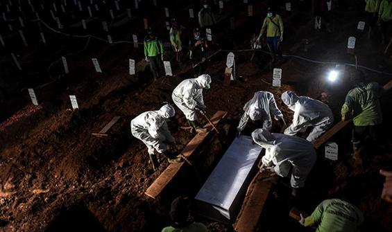 Maske takmayanlar mezar kazdı!
