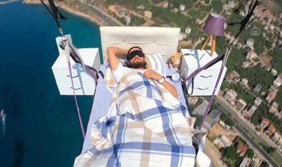 Yatağı ile yüzlerce metre yüksekte uyudu