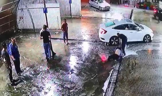 Dövüldü, araçtan yola atıldı, başka bir araç çarptı!