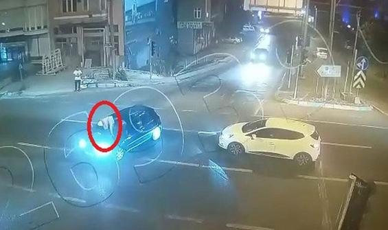 Arabanın üzerine çıkan saldırganı, karakola kaputta götürdü