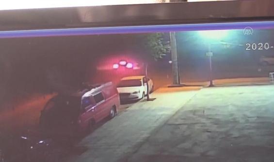 İki otomobilin çarpıştığı kazada araçlardan biri markete girdi